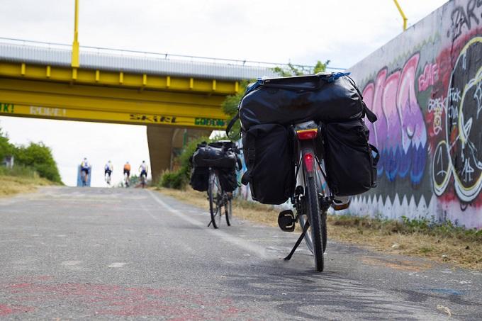 Pause bei der Fahrradtour mit vollgepackten Fahrrädern