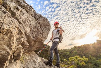 frau beim klettersteig angeseilt
