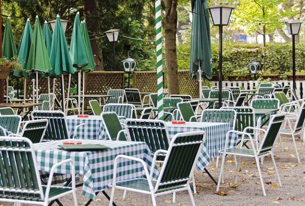 Leerer Biergarten in grün und weiß - empty beer garden