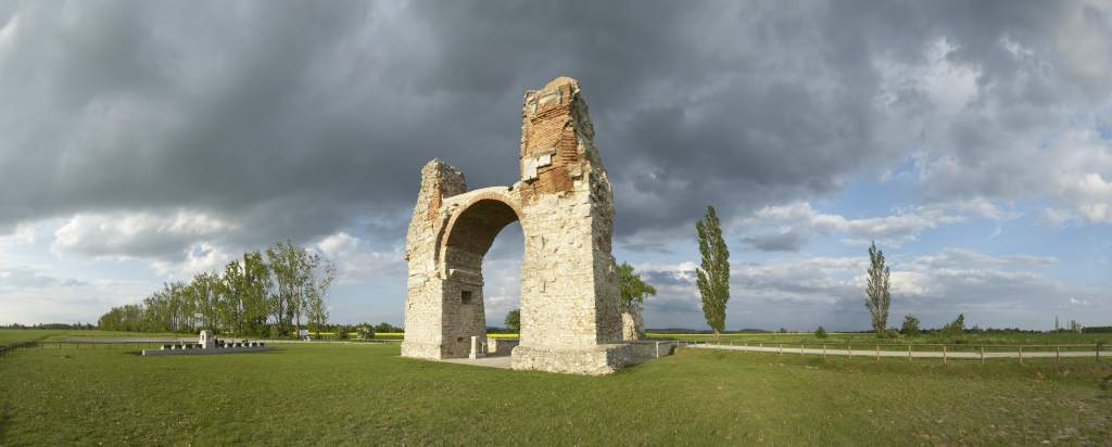 historisches römisches Tor auf grüner Wiese