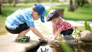 2 Buben spielen mit Wasser