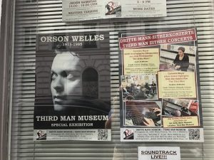 Plakate in der Auslage