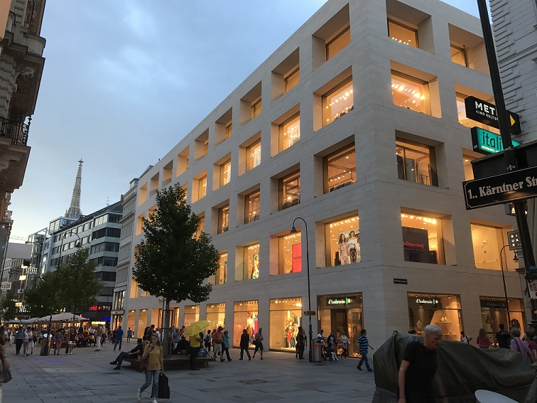 Einkaufszentrum in der Kärntnerstraße abendlich hell beleuchtet