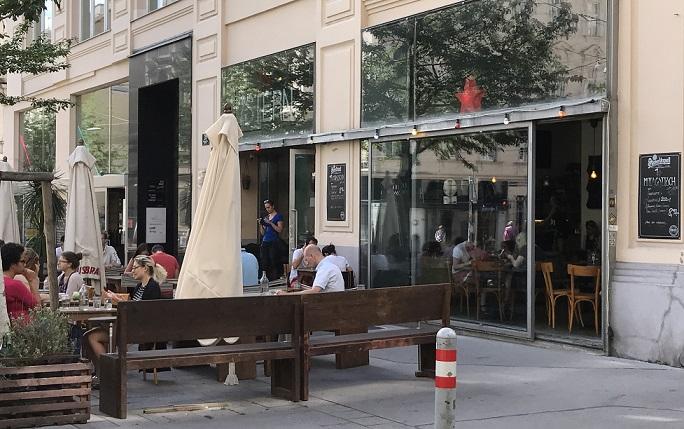 Gastgarten des Restaurants Siebensternbräu mit vielen Besuchern