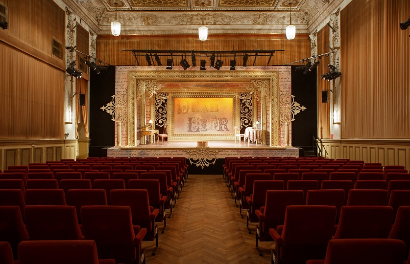 Saal des Theaters mit Blick in Richtung Bühne