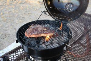 Steak wird gegrillt auf öffentlichem Grillplatz