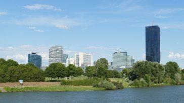 grüne Parks und im Hintergrund die Hochhäuser