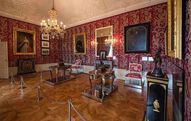 ein Salon, ausgegleidet mit roten französischen Seidentapeten aus Lyon
