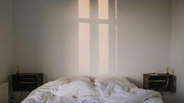 Bett mit Laken