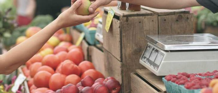 Bauernmarkt mit Obstkörben