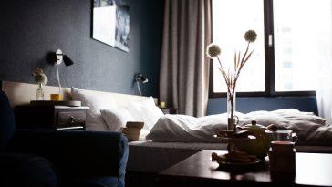 schönes Hotelzimmer mit Blick auf Hotelbett