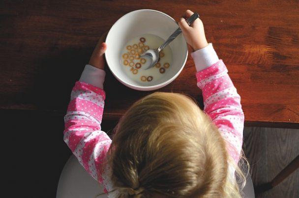 Kinder bei Frühstück Müsli