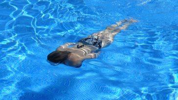 Mädchen schwimmt unter Wasser