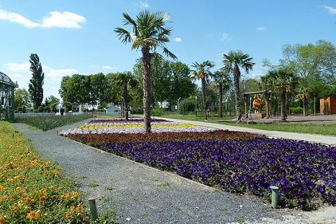Blick in die Gartenanlage mit blühenden Blumen