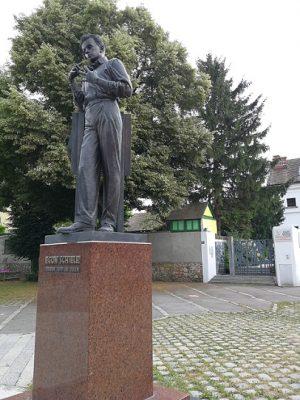 Statue mit Figur von Egon Schiele in Tulln
