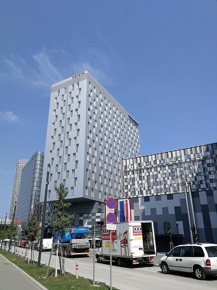 Hotelturm der Novotel Gruppe von außen gesehen