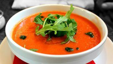 ein Teller Tomatensuppe mit Rukola