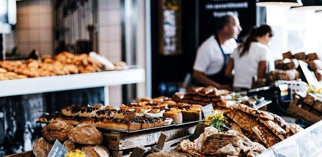 Vollgefüllte Theke einer Bäckerei