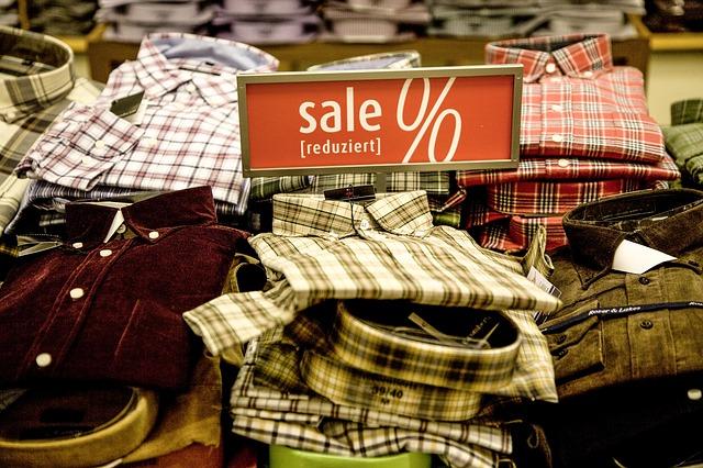 Hemden mit dem Sale-Zeichen