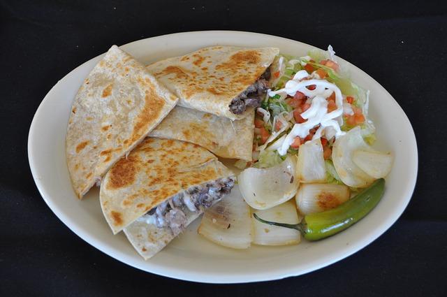 ein Teller mit Burritos und Zwiebel