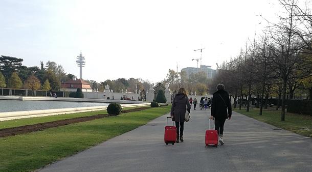 2 Touristen mit Rollkoffern
