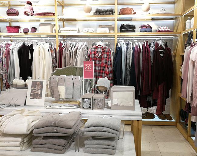 Kleidungsstücke im Zara Home in der Kärntner Straße in Wien