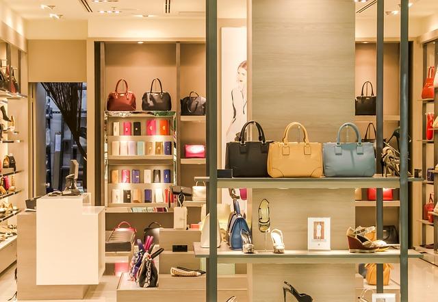 Blick in einen Shop für Designer Taschen