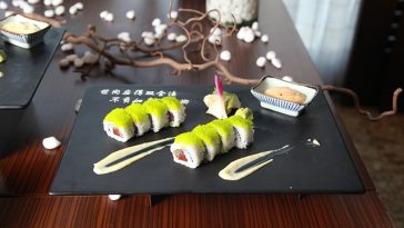 Restaurant mit Teller und Sushi