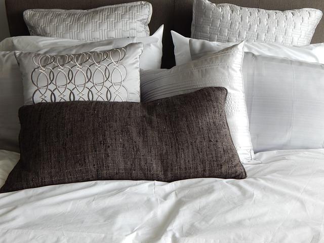 kuscheliges Bett mit vielen Polstern