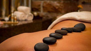 Massage mit heißen Steinen am Rücken