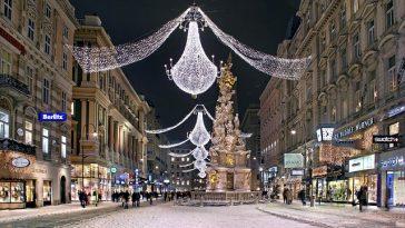 """Die Einkaufsstraße """"Graben"""" im Winter und mit einer Weihnachtsbeleuchtung"""