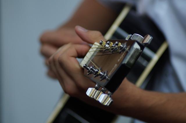 Gitarre in den Händen einer Spielerin