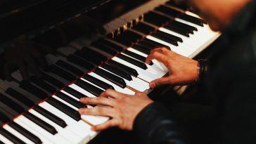 ein Pianist spielt auf einem Klavier