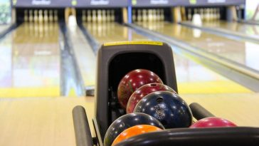 Bowlingbahn mit Bowlingkugeln