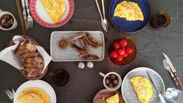 tolles Bild zum Thema Brunch mit Eierspeise und Würstchen