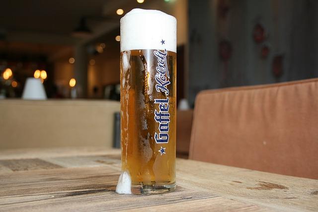 ein Glas gefüllt mit einem Getränk inklusive einer Schaumkrone
