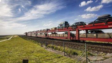 Zugwaggons mit Autos beladen