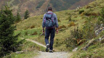 Ein Wanderer mit Rucksack auf einem Wanderweg