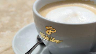 eine Tasse mit Kaffee und einem Löffel