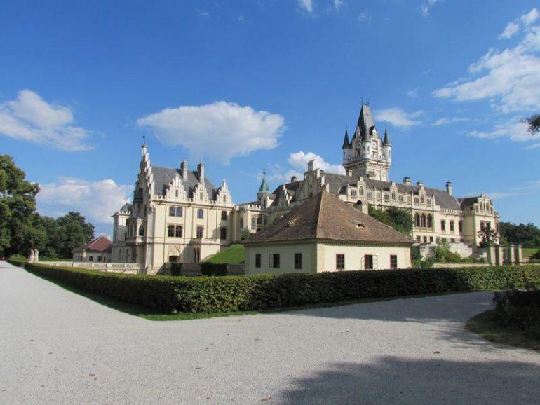 Außenansicht des historischen Schlossgebäudes