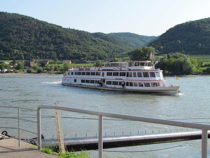 Schiff welches auf der Donau fährt.