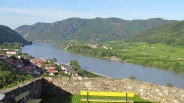Blick von der Ruine Hinterhaus runter auf die Donau