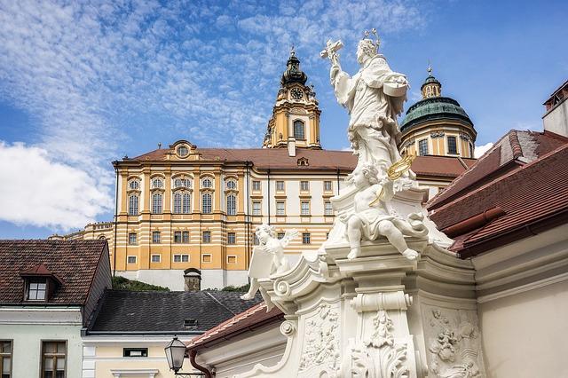 Blick aus der Stadt auf das Stiftsgebäude