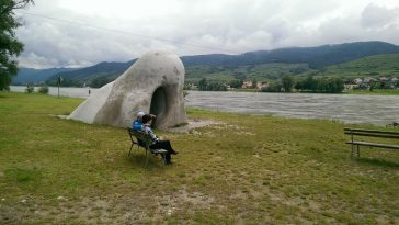 ein Pärchen sitzt vor der Wachauer Nase