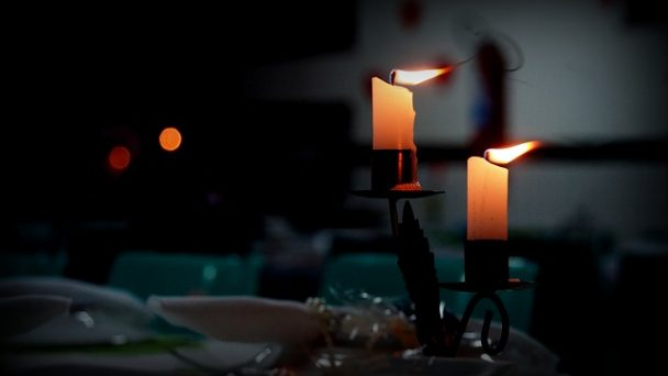 Zwei Kerzen für ein Candl Light Dinner