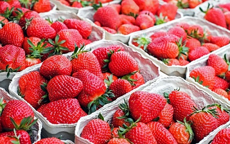Erdbeeren in Kartontassen.