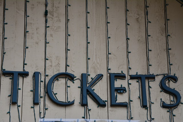"""Leuchtschrift - Reklameschild mit dem Hinweis """"TICKETS"""" in Blockbuchstaben"""