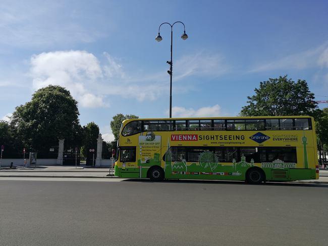 Zwischenstopp Vienna Sightseeing Bus vor der Parkanlage Volksgarten Wien