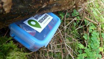 ein versteckter Geocache in einer blauen Box
