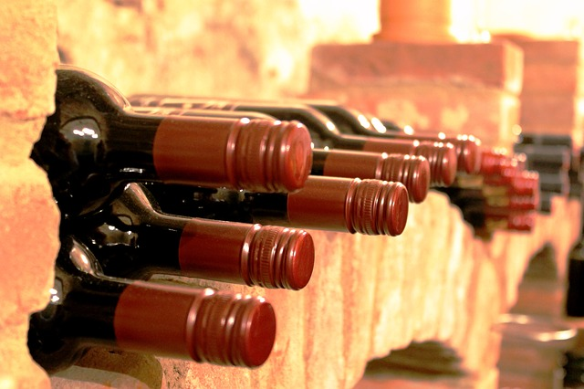 Weinflaschen auf Ziegelblöcken gelagert.